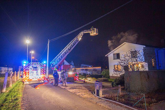 De brand kon door de brandweer beperkt worden tot de keuken, maar er is veel rookschade.