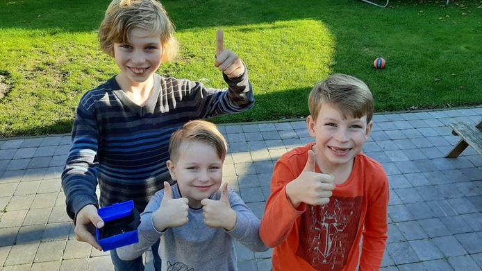 Flo (9), Tjeu (4) en Bras (7) met hun gevonden schat.