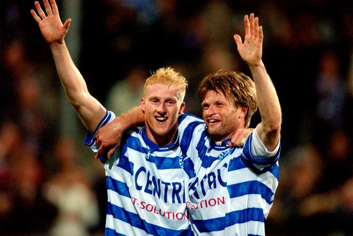 De Graafschap-spelers Martijn Meerdink en Jan Vreman (rechts) vieren in 2002 de 1-0 overwinning op Feyenoord; de enige thuiszege in de clubhistorie.