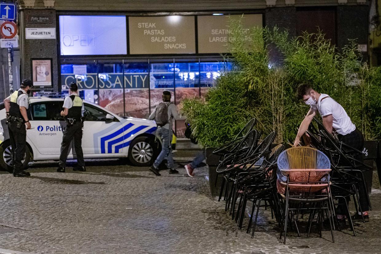2020-07-29 23:17:33 ANTWERPEN - Een cafe wordt gesloten. Vanwege de toename van het aantal coronabesmettingen is in de provincie Antwerpen is een avondklok ingesteld en moeten horecazaken om 23.00 uur dicht. ANP JONAS ROOSENS Beeld ANP