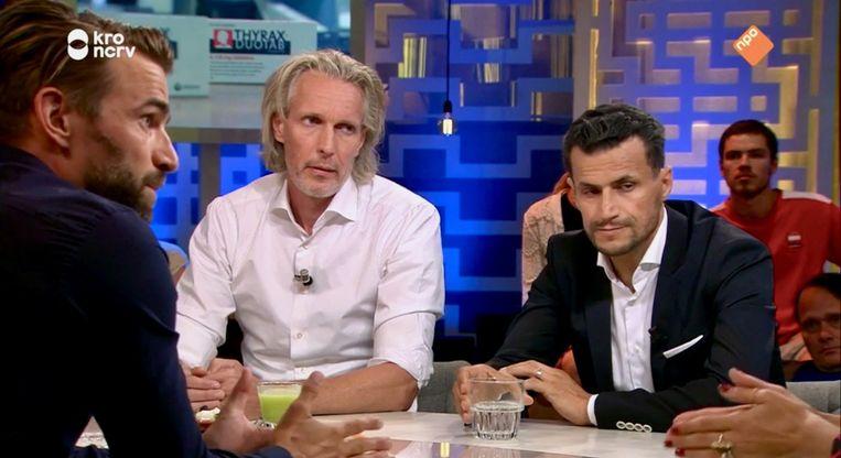 Schaatser Mark Tuitert, neuroloog Bas Bloem en Denk-voorman Farid Azarkan aan tafel. Beeld KRO-NCRV
