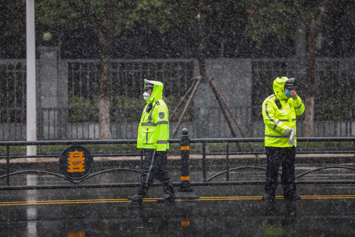 Policiers à Wuhan, samedi
