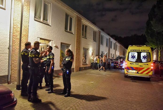 De politie en ambulance zijn aanwezig op de plek waar de vechtpartij plaats vond.