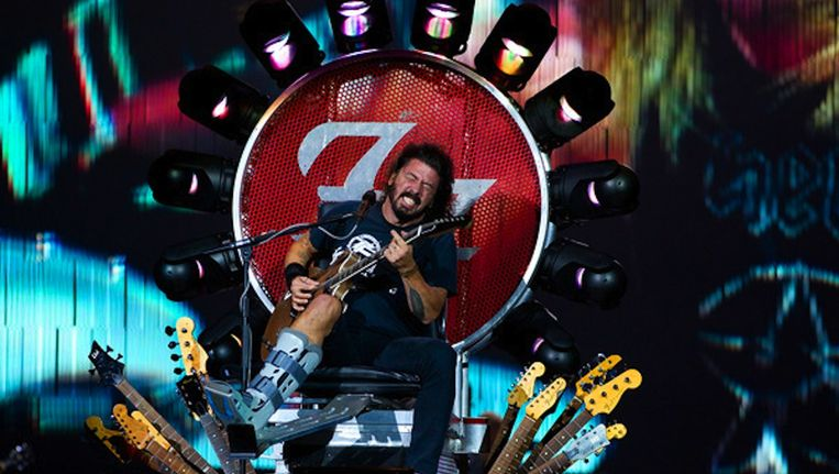Koning van de rock Dave Grohl gisteren in de Ziggo Dome, op passende troon Beeld Paul Bergen