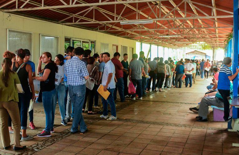 Nicaraguanen staan in de rij bij een migratiekantoor in Managua, om hun paspoort te aan te vragen om naar een ander land te kunnen verhuizen om te ontkomen aan de crisis, die na twee maanden al zeker 152 doden heeft geëist.