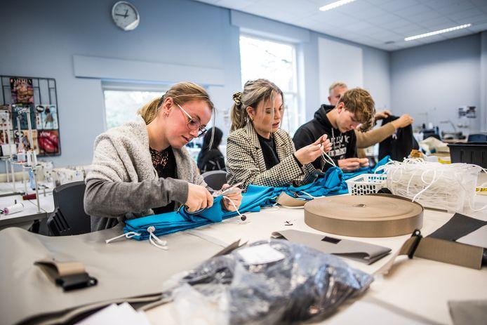 zakken voor slaapzakjassen worden gemaakt op het RijnIjssel. Arnhem