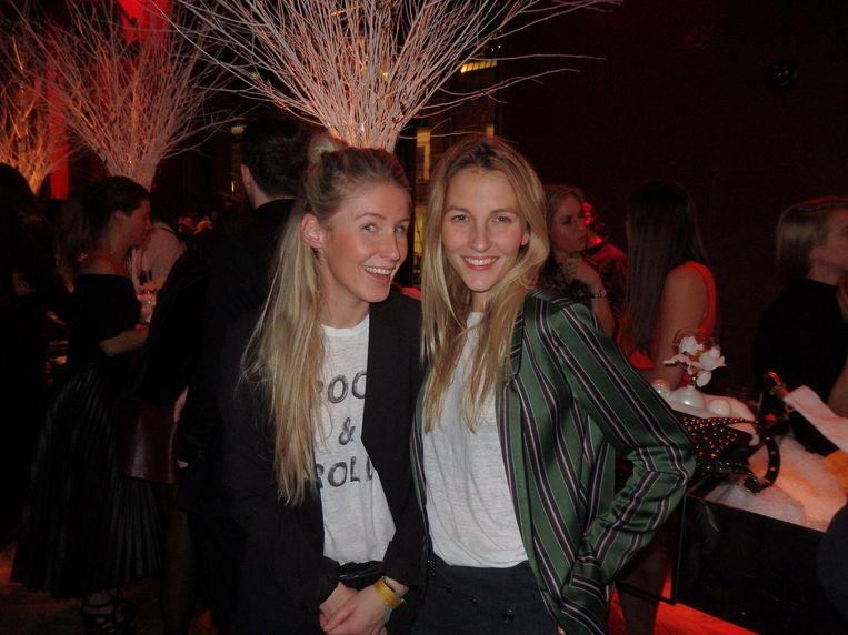 Op rechts Anne Gubser van Scotch & Soda, op links Eline Starink van Amatør. 'Met een streepje door de o. Nee niet naar links, naar rechts! Zo ja!' Beeld Schuim