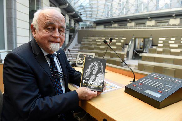 Jan Peumans met zijn boek 'Een zachte anarchist'.