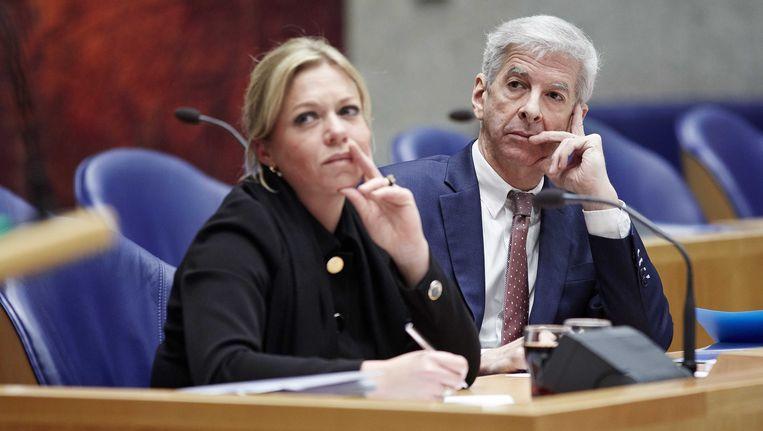 Minister van Defensie Jeanine Hennis-Plasschaert en minister van Binnenlandse Zaken Ronald Plasterk. Beeld ANP