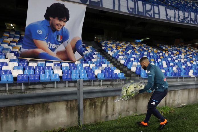 Napoli-speler Lorenzo Insigne bracht zondag voor het duel met AS Roma in het Stadio San Paolo nog een eerbetoon aan Diego Maradona.