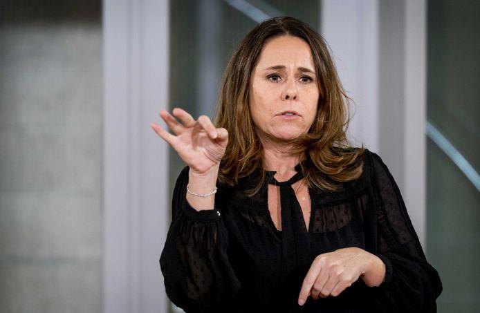 Gebarentolk Irma Sluis tijdens het laatste persmoment van het kabinet.
