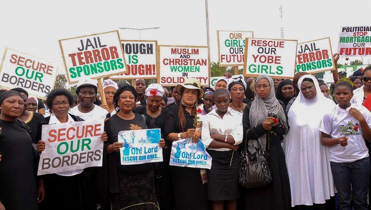 Nigeriaanse vrouwen protesteren vanwege het falen van de overheid om de meer dan 200 meisjes te vinden.
