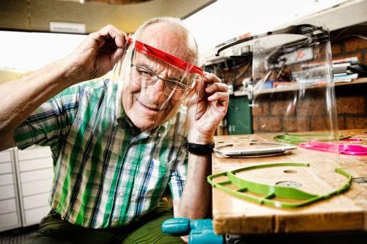Bart Bakker maakt in zijn 3D-printlab spatschermen en mondmaskers.