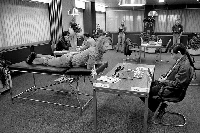 Tony Miles kon in 1985 niet meer zittend schaken. Liggen ging dat wel.