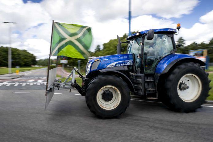 Boeren verzamelen zich vrijdag in Zoetermeer om actie te gaan voeren bij supermarktbranchevereniging CBL in Leidschendam. Ze protesteren tegen het stikstofbeleid van het kabinet maar ook omdat ze boos zijn over de te lage prijzen die ze in hun ogen voor hun producten krijgen.