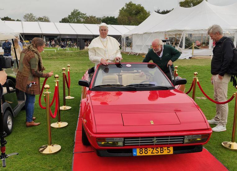 Niet de alledaagse pausmobiel, deze Ferrari Mondial 3.2.