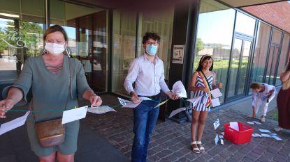 Jongeren verrassen bewoners van wzc Zilverbos met gigantisch lint van tekeningen