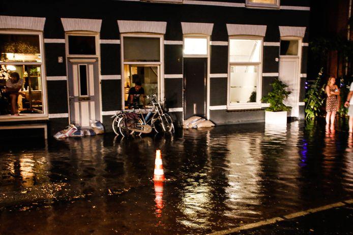 Wateroverlast bij de Hellingen in Dordrecht.