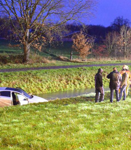 Auto schiet het water in naast A1 bij afrit Wilp-Twello: bestuurder naar huis