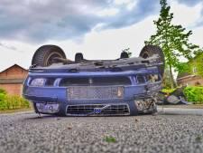 Auto belandt op kop na klap op lantaarnpaal in Eersel, vrouw gewond