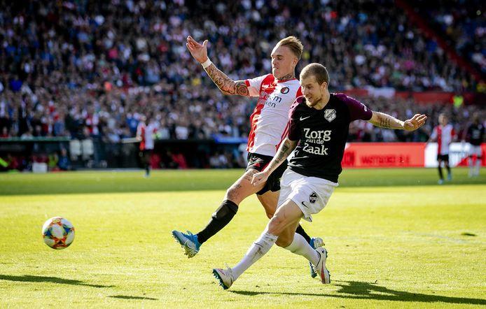 Rick Karsdorp van Feyenoord in duel met Simon Gustafson van FC Utrecht tijdens de eredivisiewedstrijd Feyenoord - FC Utrecht in De Kuip.