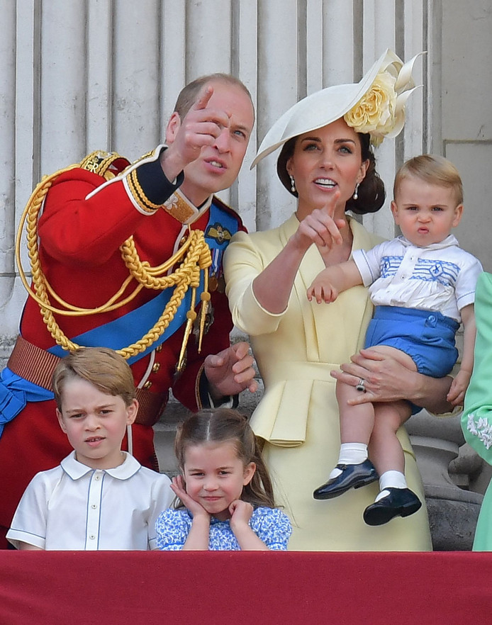 Prins William en Catherine, die de kleine Louis vasthoudt