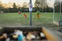 Bij de Madese Hockey Club mag er langs de velden niet gerookt worden. Een asbak is nog wel te vinden op het terras voor de kantine.