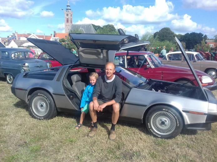 Coen Brooshooft en zijn zoontje Dennis (6) stellen hun Delorean tentoon tussen de oldtimers op de Hooge Burgh.