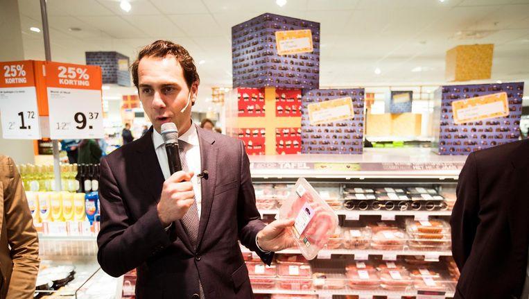 Staatssecretaris van Landbouw, Martijn van Dam, in een supermarkt. Beeld anp