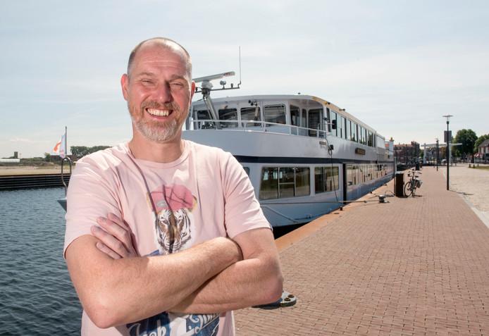 Bert Dokter voor zijn schip in de haven van Harderwijk.