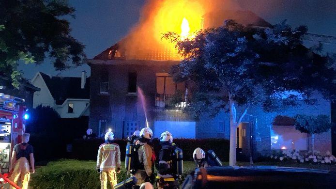 De pompiers konden de aanpalende woning nog vrijwaren.