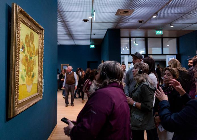 De Zonnebloemen in het Van Gogh Museum in Amsterdam. Als beveiliger bewaak je de kunstwerken en zorg je ervoor dat bezoekers zich aan de regels houden.