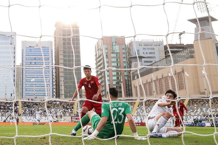 Sardar Azmoun ziet zijn inzet gekeerd door Vietnam-doelman Dang Van Lam. De spits van Iran werd met twee goals wel de matchwinner.
