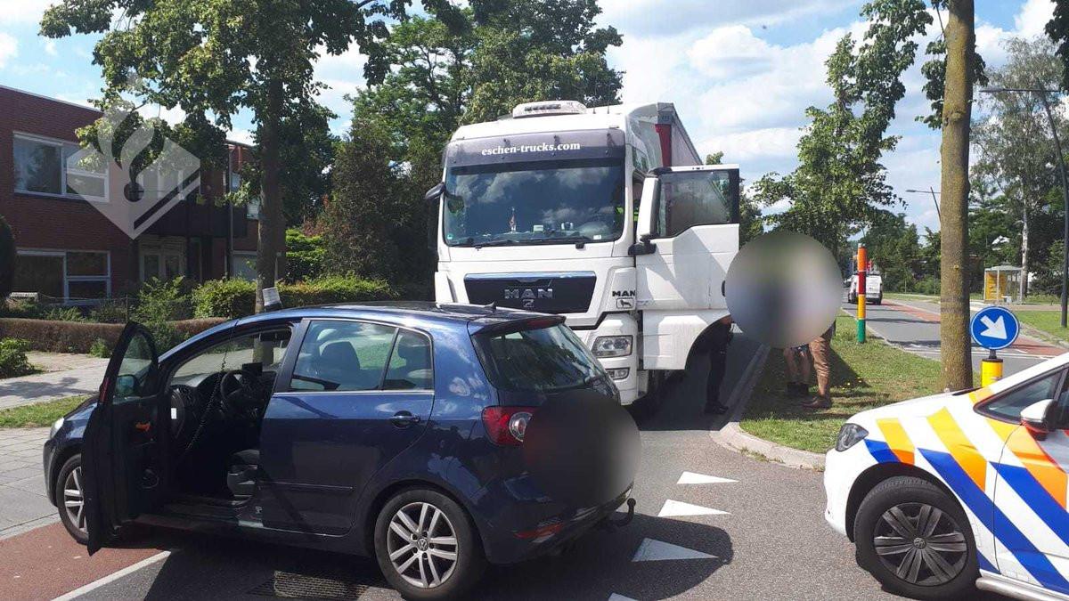 De vrachtwagen is nog voor het centrum van Uden tegengehouden.