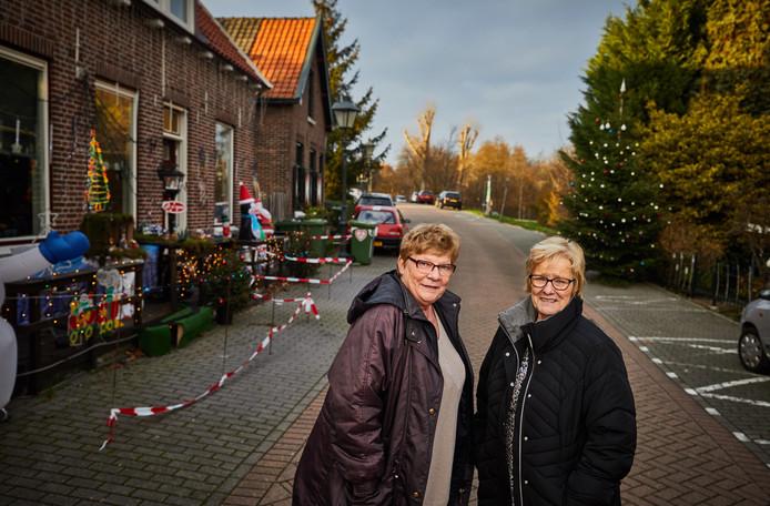 Ada Kelder (links) en Wilma Slobbe leggen huisbezoeken af bij 75-plussers in IJsselmonde.