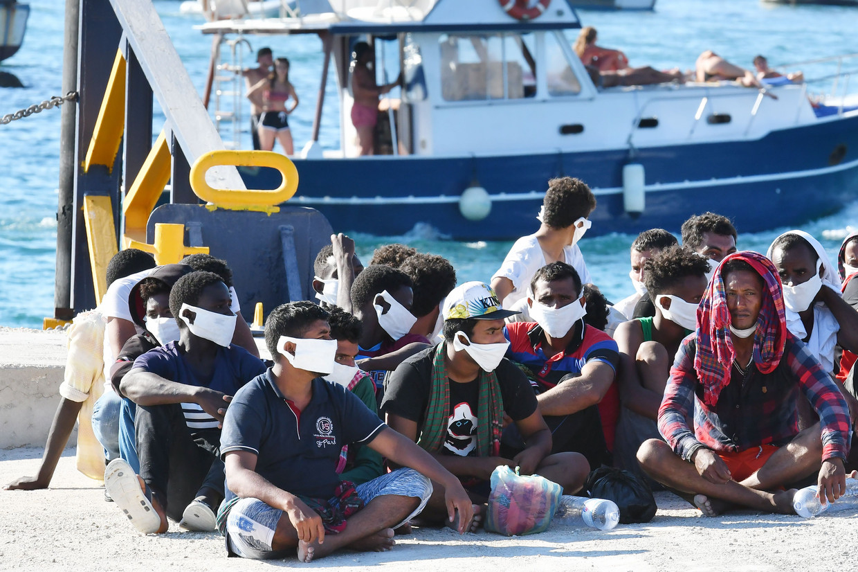 Deze migranten uit Tunesië werden gered door de kustwacht. Beeld AFP