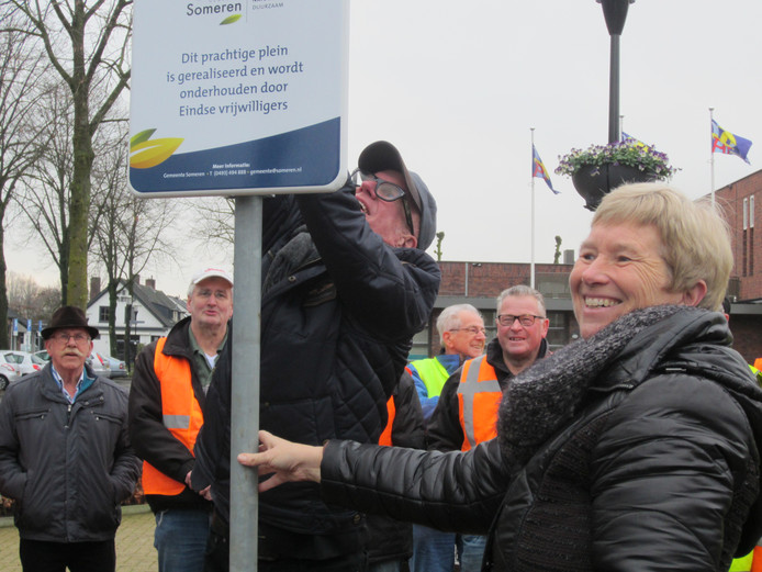 Burgemeester Dilia Blok zet Eindse vrijwilligers in het zonnetje.