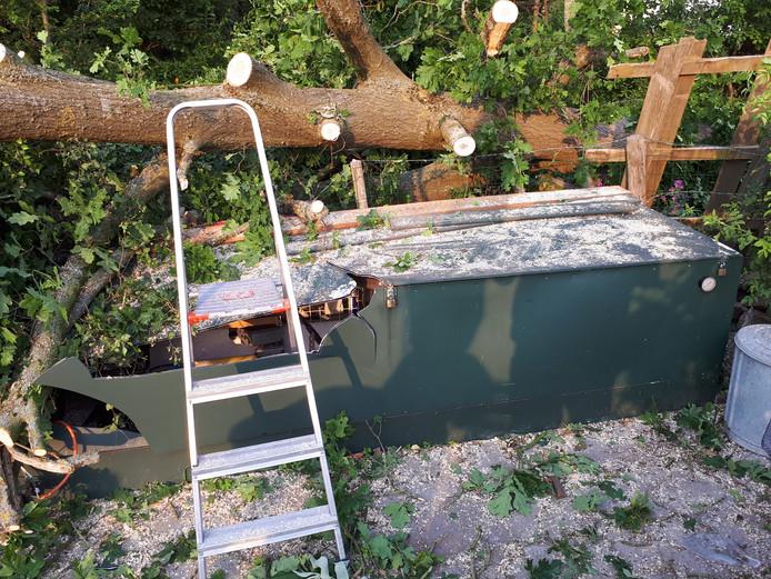 Een omgevallen boom vernielde een opslag van tuinmaterialen op tuinderscomplex De Jipkesbelt.