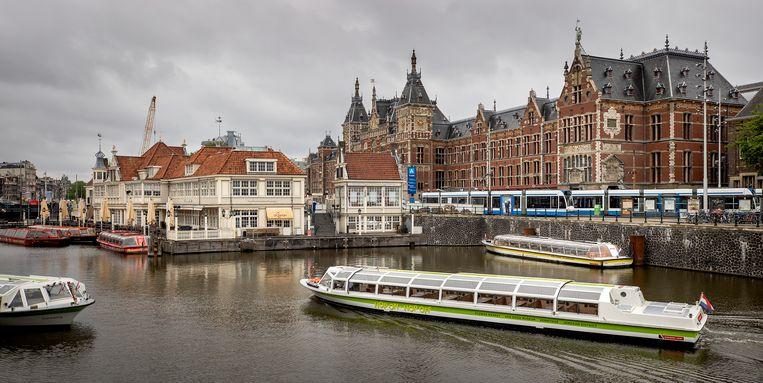 Rondvaartboten bij het Centraal Station in Amsterdam. Beeld ANP / Koen van Weel