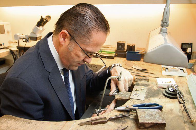 Peter De Maere aan het werk in zijn atelier.