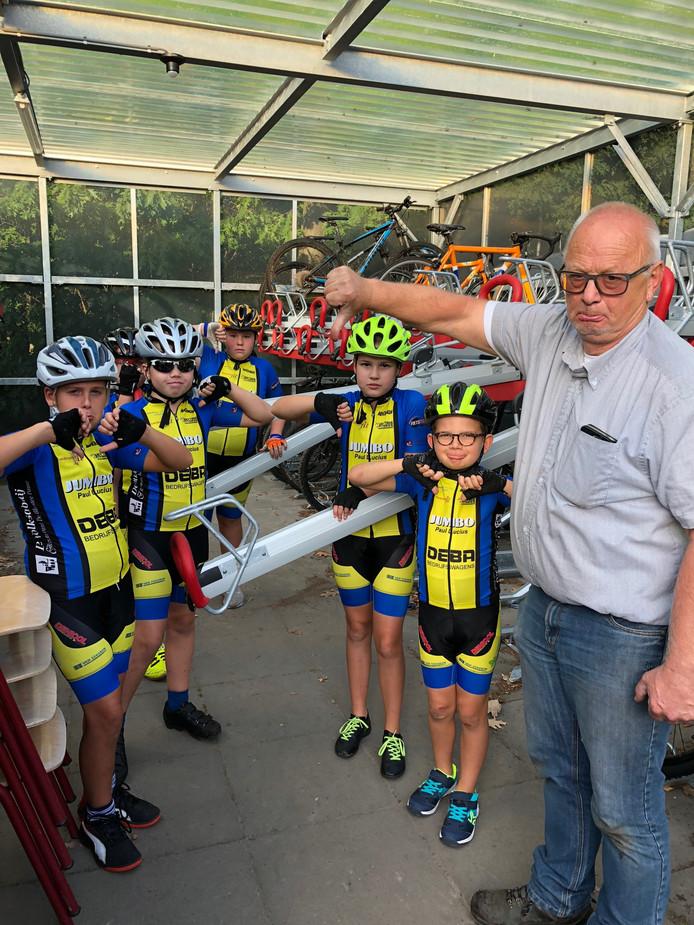 Beteuterde gezichten in het lege fietshok; rechts Stan Jansen