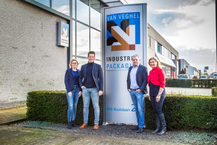 Eigenaar Jan van Veghel (r) en Dimitri Romeijnders bij het bedrijfspand van Van Veghel in Eindhoven.