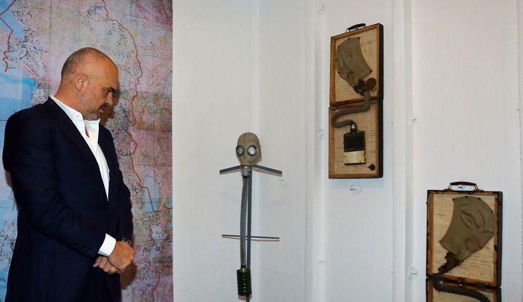 De Albanese premier Edi Rama brengt als één van de eersten een bezoek aan de bunker.