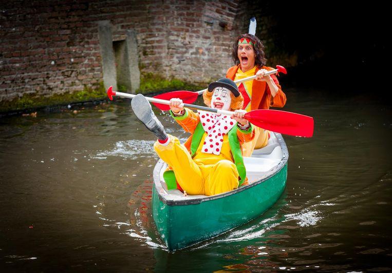 Pipo de Clown in een kano met Klukkluk (Joris Gootjes). Beeld Ton de Bruin/Van Hoorne Entertainment