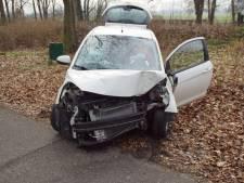 Vrouw wil uitwijken met haar auto en botst tegen boom in Doetinchem