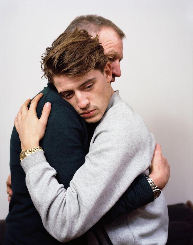 'Ik vind het mooi om te zien dat mijn vader niet echt een knuffelaar is, maar me wel veilig vasthoudt. Ik heb 'm een mooi horloge gegeven, leuk dat hij dat om heeft. Ik heb tegen hem gezegd dat het 1.300 euro kostte, maar als-ie zou weten dat het 13 duizend euro was, denk ik dat hij hem nooit meer draagt.' Beeld Dana Lixenberg