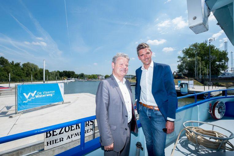 Chris Danckaerts van Waterwegen en Zeekanaal en uitbater van Dok3 Jan Hofman, met op de achtergrond de nog lege jachthaven.