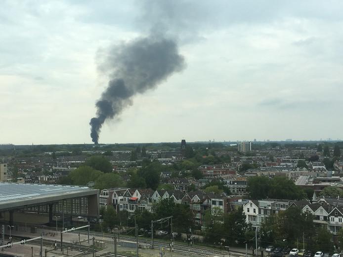 Bij een brand in Overschie was de rookwolk al van veraf goed zichtbaar.