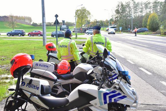 De plaats van de moord, langs de Moeskroensesteenweg in Aalbeke, was hermetisch afgesloten. Agenten waakte erover dat het verkeer niet in de knoei geraakte.