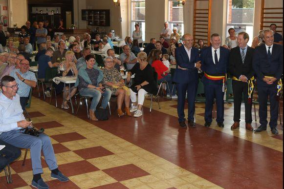 Er was heel wat volk aanwezig. Ook het schepencollege was ter plaatse om de prins welkom te heten.